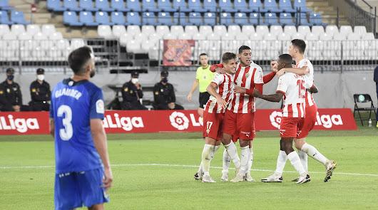 (3-0): El Almería se acerca a su realidad con un gran Corpas