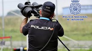 Un agente de Policía Nacional haciendo uso de los instrumentos de detección de drones.