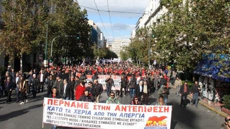 Streik-Demo in Griechenland mit Transparent und viel Rot..