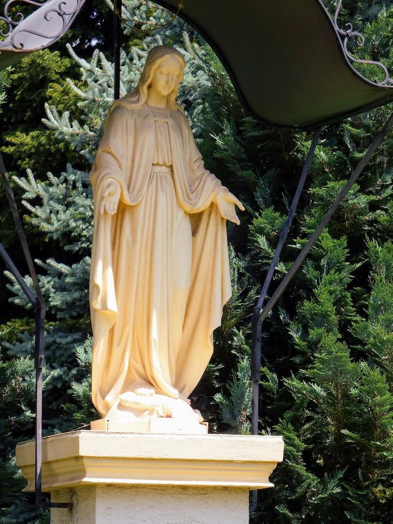Szomód - Szűz Mária-szobor a katolikus templom kertjében