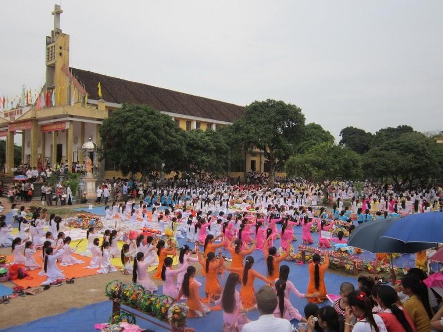 Giáo hạt Vô Hốt dâng hoa cộng đồng kính Đức Mẹ