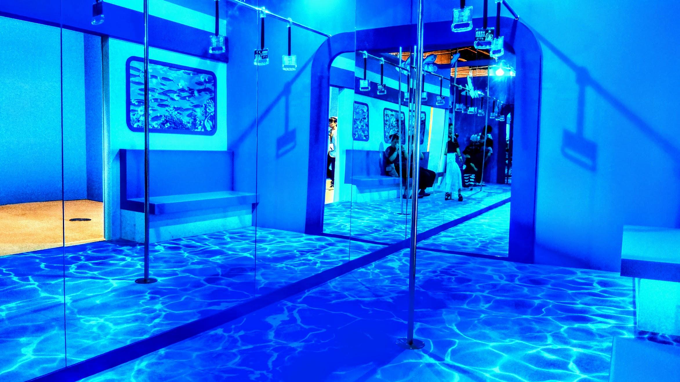 第五關,深海中的捷運....個人覺得很漂亮,但是要怎拍美美的是最難的...一個是因為鏡子反射,怎麼照都會照到攝影師,另一個是,打光會破壞氣氛啊