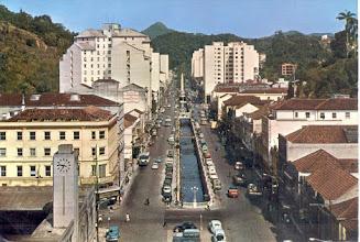 Photo: Rua do Imperador. Ao fundo, o Obelisco e à esquerda, o relógio que existia na estação de trem, depois rodoviária e atualmente Estação de Transbordo do centro. foto provavelmente da década de 60