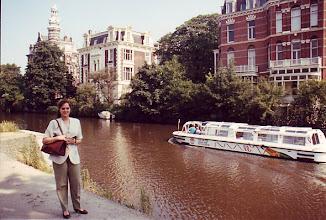 Photo: Menchu en los canales de Amsterdam (julio de 1991)