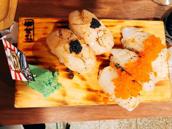 這家日本料理真的讓人完全愛上,cp值真的超高 拿到菜單完全不知道從何點起,因為每個都想吃~ -牛五花握握 6貫 $180 你敢相信一個炙燒牛五花握壽司才$30 不點會後悔! -起司鮭魚塔塔 1貫 $1