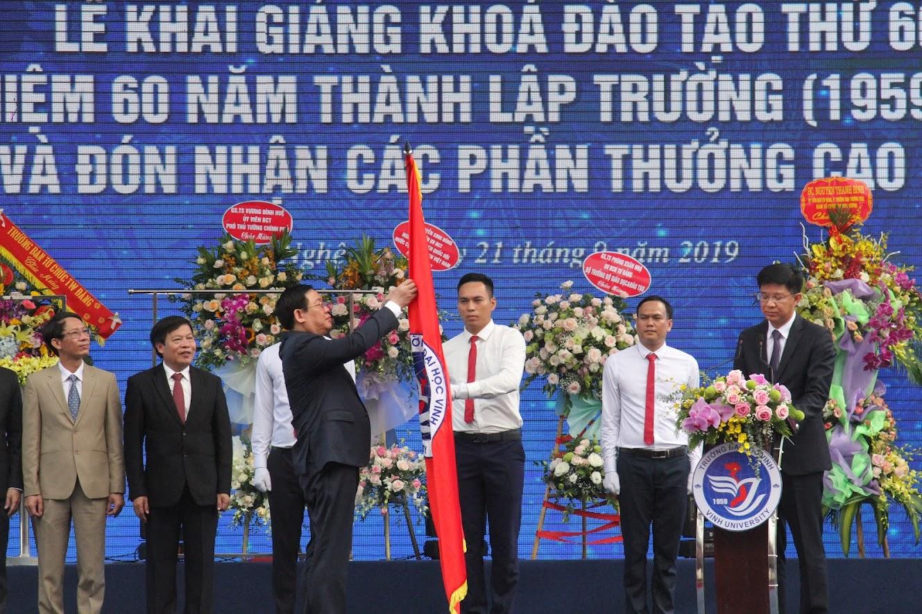 3.Thừa ủy quyền của Chủ tịch nước, Đồng chí Vương Đình Huệ, Phó Thủ tướng Chính phủ trao Huân chương Lao động hạng Nhất cho tập thể nhà trường.