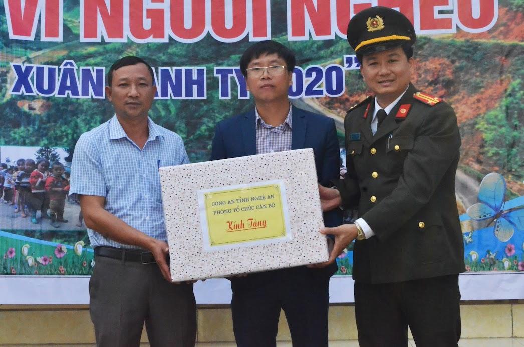 Lãnh đạo Phòng tổ chức cán bộ Công an tỉnh tặng quà cho UBND xã Tam Hợp.