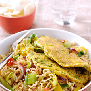 Zoete Soja woknoedels met gember en kerrieomelet
