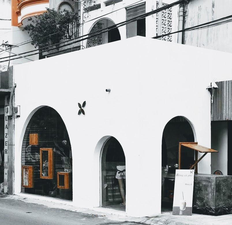 Bông cà phê , quán nhỏ xinh, giá bình dân ( cafe sữa 17k , nước ép 28k ) được cái view xinh lắm, ảo nữa, nhân viên dễ thương dễ chịu  địa chỉ : 43 Trương Quốc Dung - Phú Nhuận