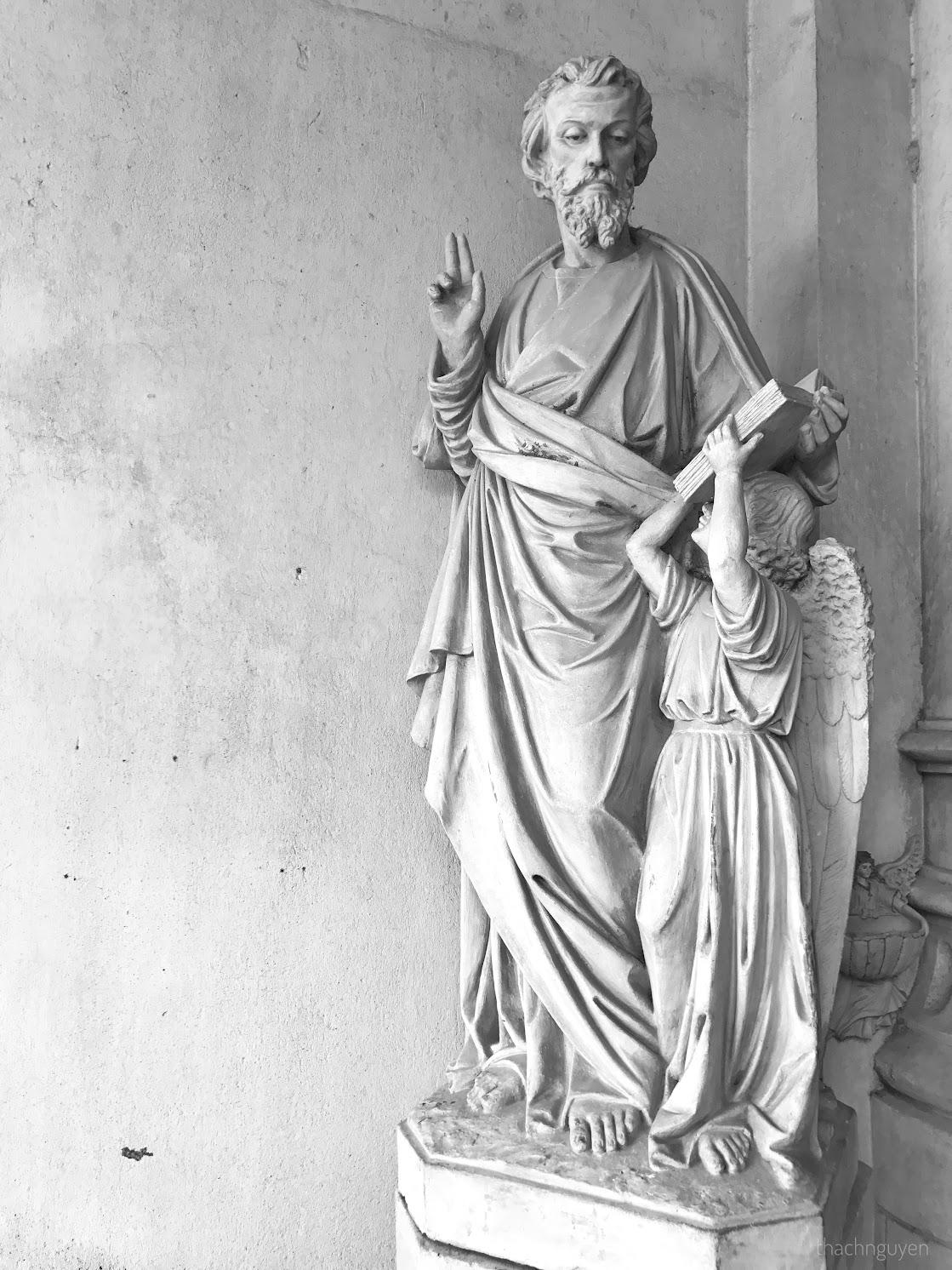 bức tượng trước cửa đan viện