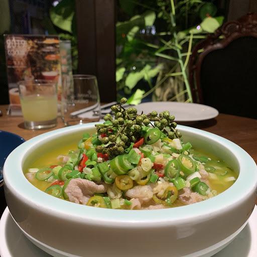 新川菜,適合喜歡精緻餐酒又想吃中式的朋友,推薦賽螃蟹、藤椒牛肉以及水煮牛