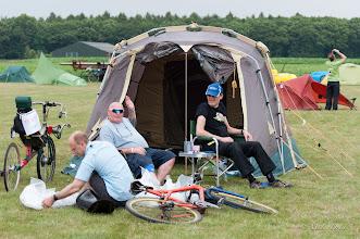 Photo: Het Britse kampement, Fraser met psychedelische zonnebril.