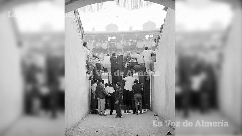 Un grupo de aficionados de los que esperaban a que abrieran las puertas para el último toro, buscando un hueco para ver la corrida del Cordobés.