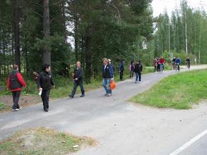 Photo: Alatalolaisten polkupyöräpartio liittyi seuraamme.