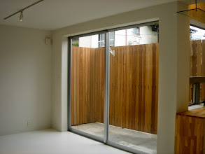 Photo: 規格外の大きな窓ガラス。2mのウッドフェンスを縦置きに設置しているので滅多なことがない限りネコは脱出できません。つまり外に出られますよ!