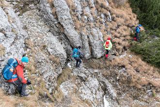 Photo: Ne strecurăm pe la baza pereţilor şi printre pâlcurile de jnepeni