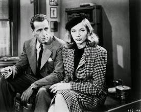"""Photo: Humphrey Bogart & Lauren Bacall em """"À Beira do Abismo""""  http://filmesclassicos.podbean.com"""