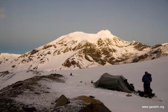 Photo: Бивуак на первой ступени перевала French Pass. На заднем плане Dhaulagiri V.