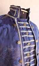 Photo: Casaca rococó em brocado azul escuro com aplicação de passamanaria prata. Colete rococó curto em brocado azul escuro com aplicação de passamanaria prata. A partir de R$ 550,00.