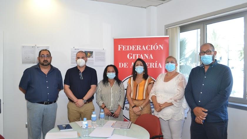 Miembros de la directiva de la federación junto a la presidenta del parlamento andaluz, Marta Bosquet.