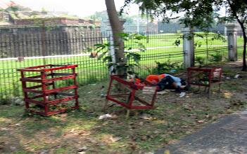 Photo: Бездомные спят под забором поля для гольфа