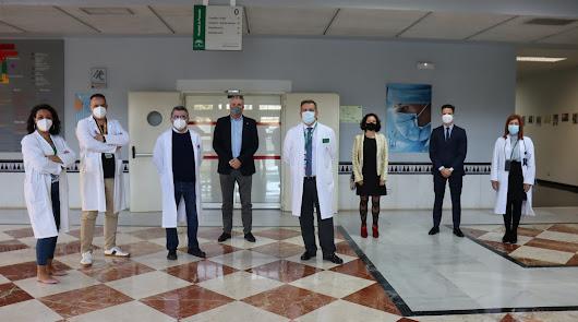 Nivine Alaoui (la primera por la izquierda) junto a representantes del Hospital y Fundación La Caixa.
