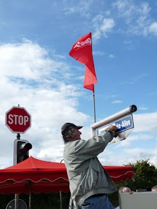 Straßenschild wird mit «Bertha-von-Suttner-Allee» überklebt