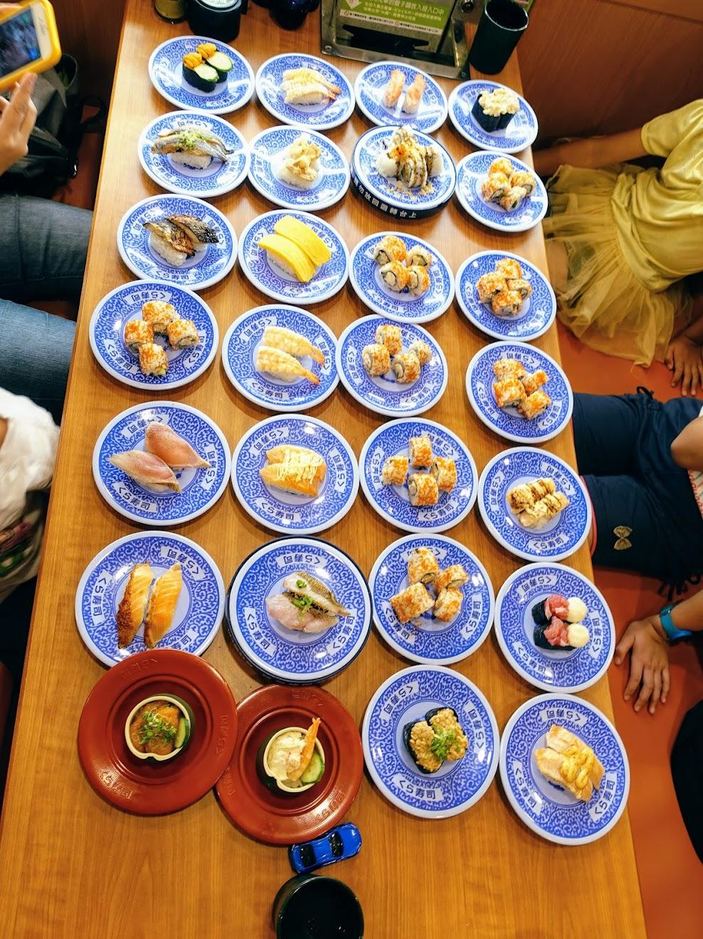 當然也必須擺的壯觀,把桌子擺滿....小朋友表示: 我什麼時候才能吃啊啊啊啊...