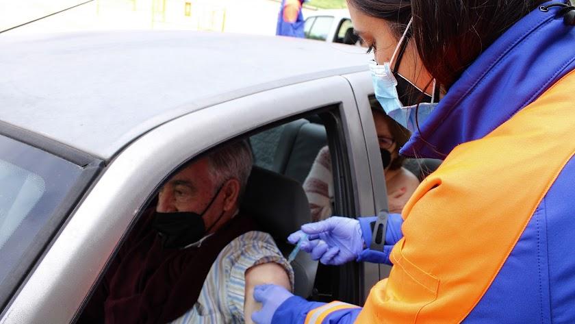 Una profesional administra la vacuna del coronavirus a un hombre en Almería.