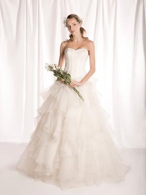 Robe de mariée princesse Fantaisie, bustier en satin et en appliques de dentelle, décolleté coeur, volants en organza, romantique et élégante