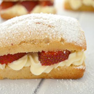 Easy Strawberry and Cream Cakes