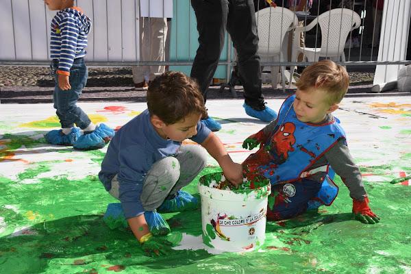 banbini giocano con i colori di albafiorita