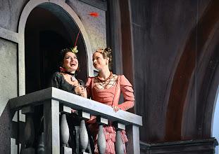 Photo: EINE NACHT IN VENEDIG / Wiener Volksoper. Inszenierung: Hinrich Horstkotte, Premiere 14.12.2013. Sera Goesch, Mara Mastalir. Foto: Barbara Zeininger