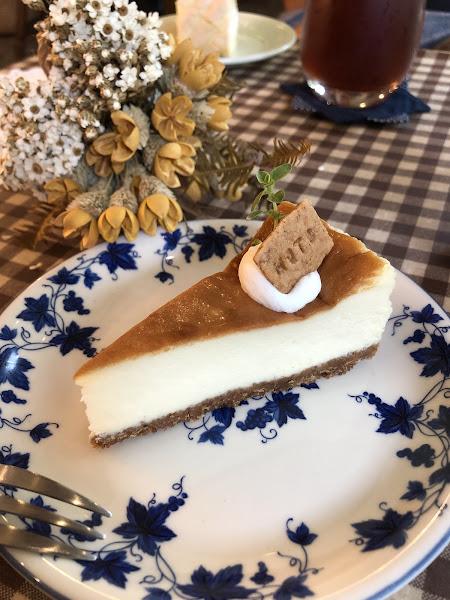 今天吃的是原味起司蛋糕和白乳酪芒果捲,起司蛋糕偏向重乳酪,很不錯。白乳酪芒果捲外皮是一層薄酥的糖體,搭配內餡的白乳酪非常清爽好吃