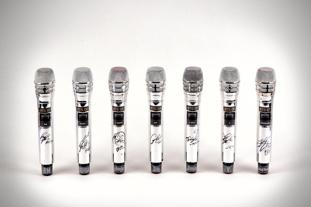 микрофоны с автографами BTS