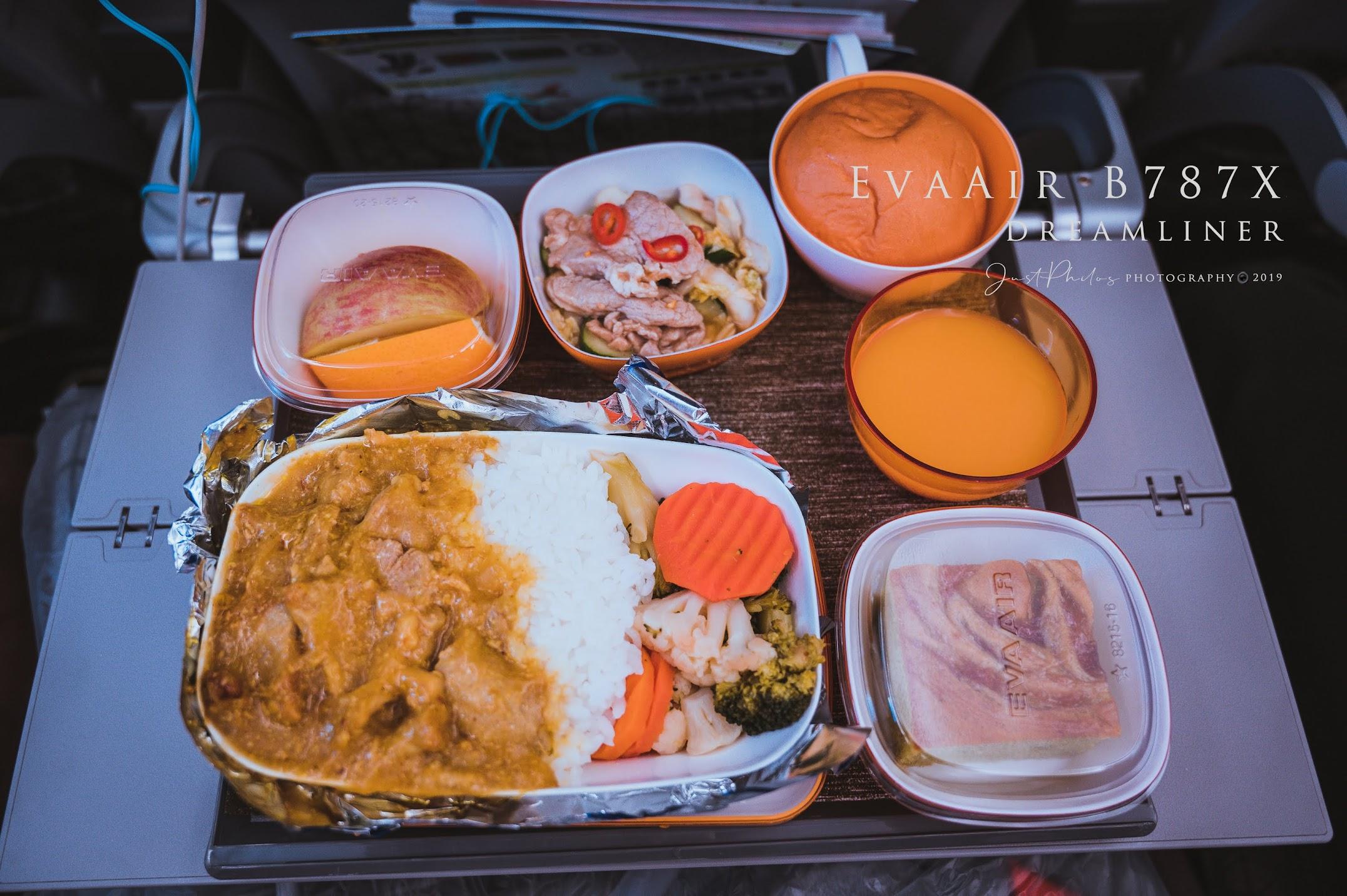 去程的空餐提供兩種選擇,我選擇了咖哩雞肉飯,長榮的空餐如印象中還是在一定的水準之上。