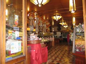 Photo: Wir kommen bis zum Delikatessenladen um die Ecke der Piazza Maggiore, dann muss sie sich verabschieden. Durch mein Kofferdeckel-Desaster und das Ducati-Intermezzo hatte ich zu viel Zeit verloren.
