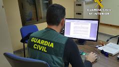 Agente de la Guardia Civil en sus dependencias.