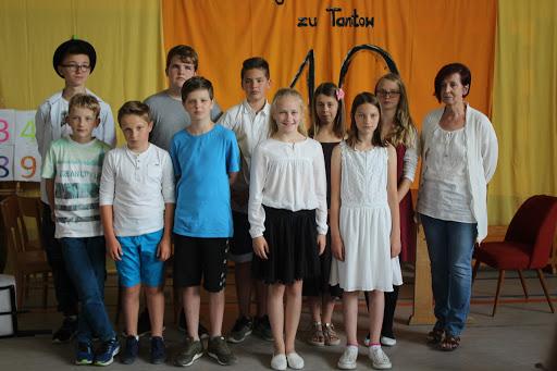Ein letztes Klassenfoto mit ihrer Klassenleiterin wollten die Schüler/innen der Klasse 5/6 unbedingt noch haben! Diesen wonsch erfüllt die Radaktion gerne! (Bild A.M.)