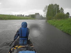 Photo: Lisää vettä jo reunojaan myöten täyteen jokeen.