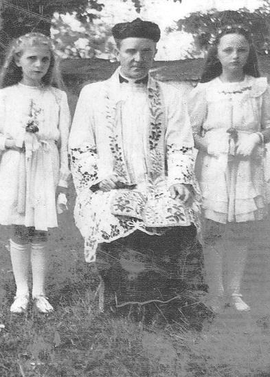 Zdjęcie: Zdjęcie zI Komunii Świętej wykonane obok kościoła wChrobrzu, od strony północnej. Stoi pierwsza zlewej Izabela Dobaj, wśrodku ksiądz Walenty Kański, obok - pierwsza zprawej Halina Orlińska. Zdjęcie wykonane prawdop. wlatach 40 - tych. (fot. zarch. Izabeli Rogóż zd. Dobaj).