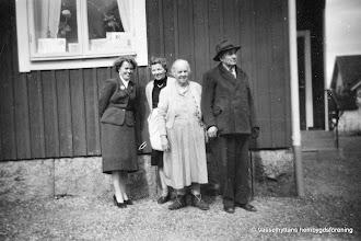 Photo: Järnvägsstationen i Vasselhyttan. Helga Pettersson Ulla o Ida o Viktor Ringvall 1950