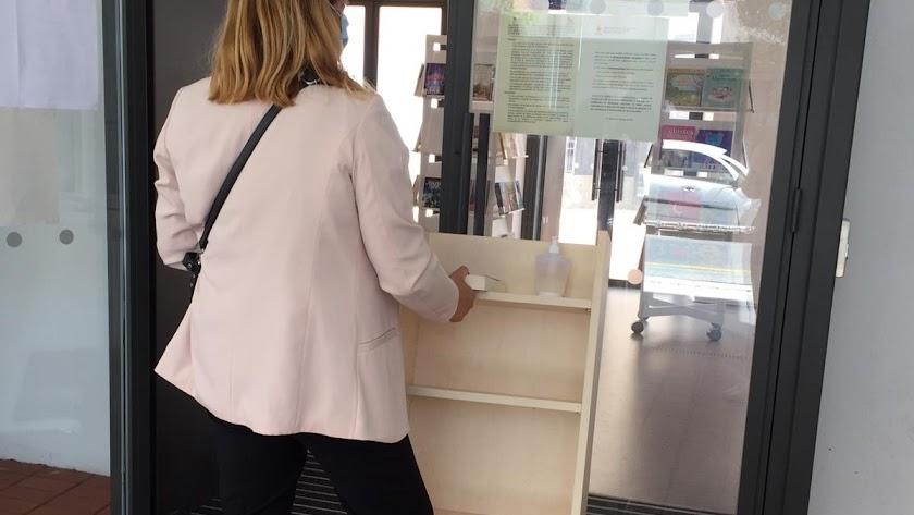 Una usuaria en la Biblioteca Central José María Artero.