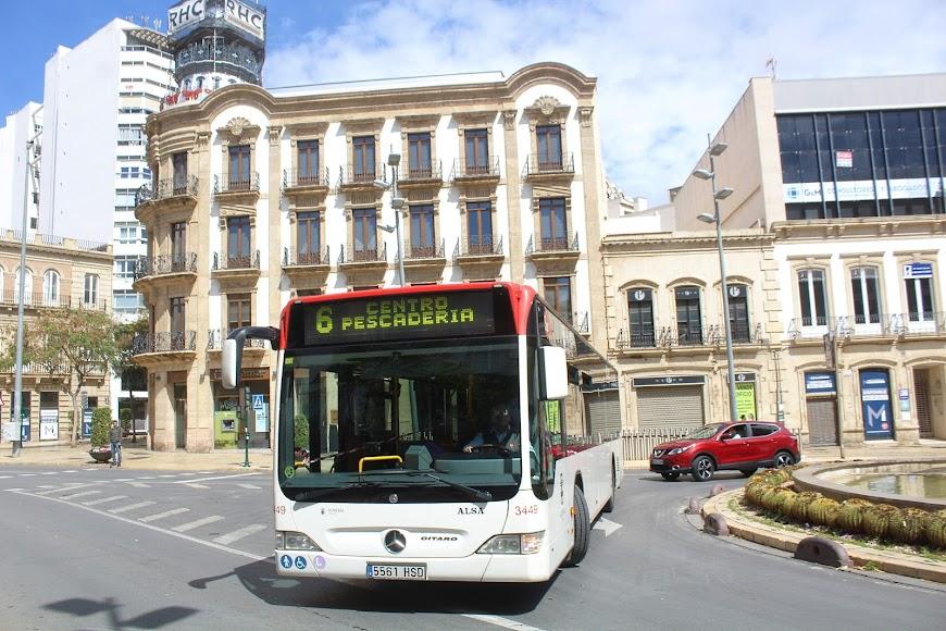 Autobús urbano en Puerta de Purchena.