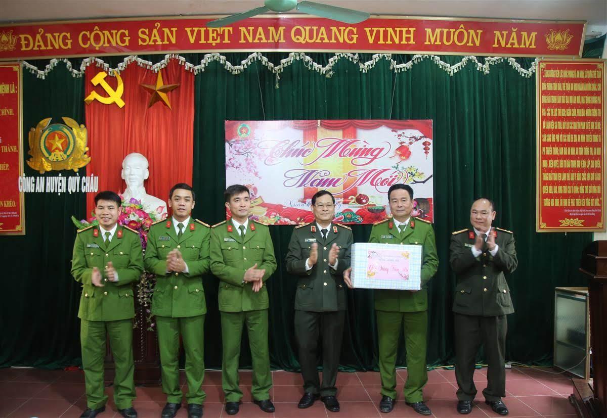 Thiếu tướng Nguyễn Hữu Cầu, Giám đốc Công an tỉnh chúc tết, tặng quà Công an huyện Quỳ Châu
