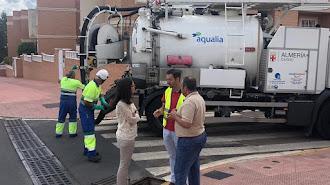 Margarita Cobos junto a trabajadores del servicio de agua