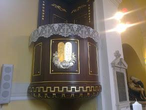 Photo: A szószék a tízparancsolat két táblájának képével