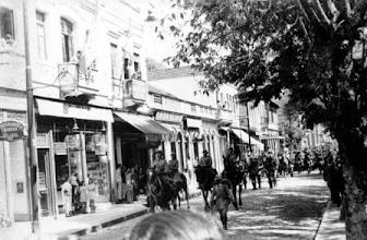 Photo: Tropas do Governo Federal desfilam pela Rua do Imperador. Revolução de Trinta. Foto de R. Haack. Década de 30.