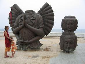 Photo: Doreen Wolff und Stella beim Besuch einer Tempelanlage in Hua Hin, im fertigen Zustand 2010 zu sehen