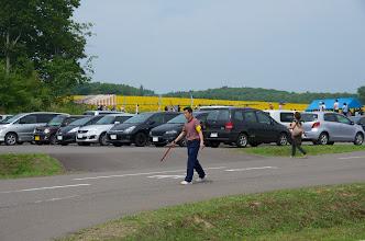 Photo: ひまわりの里の駐車場を整理する北竜町役場職員